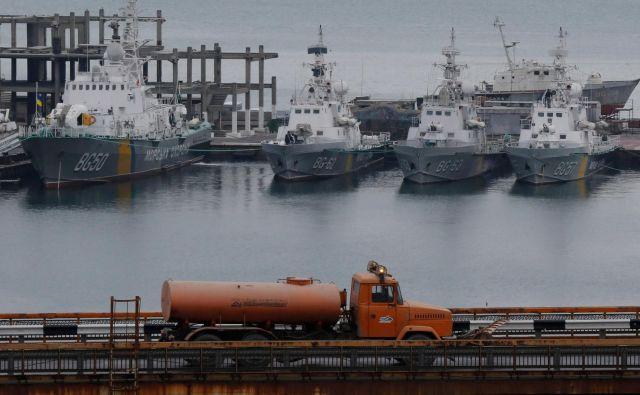 Tovornjak pelje mimo plovil, zasidranih v Odesi.FOTO: Volokin Yevgeny/Reuters