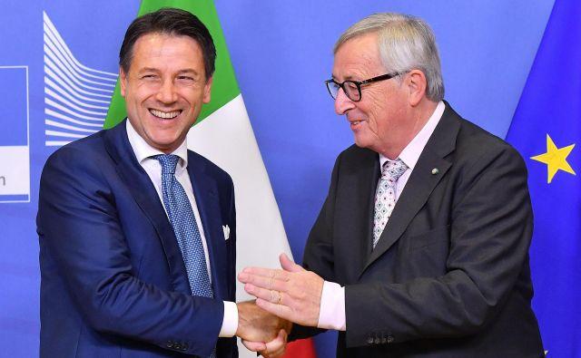 Italijanski premierGiuseppe Conte in predsednik evropske komisije Jean-Claude Juncker sta se v Bruslju sestala v soboto. FOTO: Emmanuel Dunand/AFP