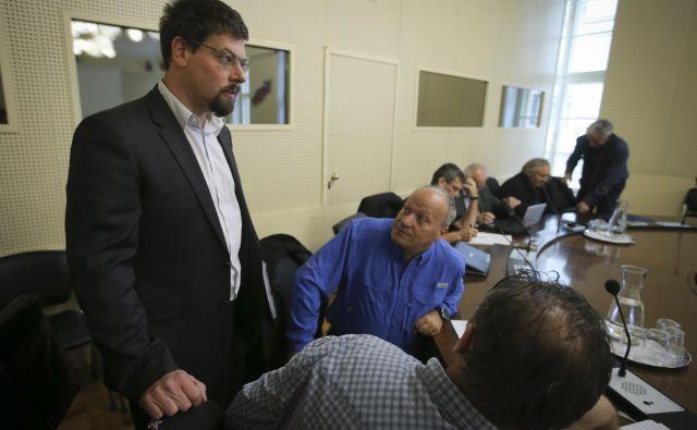Jakob Počivavšek (stoji) vodi koordinacijo 18 stavkovnih odborov, ki so se včeraj sporazumeli z vladno pogajalsko skupino. Foto Jože Suhadolnik