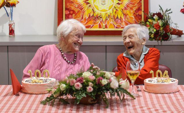Marija Stanovnik (levo) in Kristina Saksida, skupaj stari 204 leta, obe iz Žirov in obe klekljarici. FOTO: Voranc Vogel