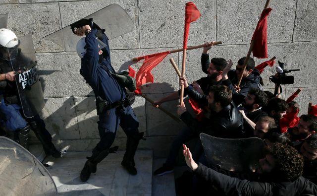Januar 2017. Protestniki se spopadajo s policijo na demonstracijah proti načrtovanim reformam vlade pred parlamentom v Atenah. Foto Alkis Konstantinidis Reuters