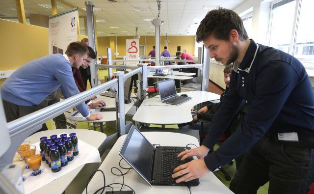 Na začetku podjetniške poti se mladi pogosto zatečejo v prostore za sodelo. FOTO: Igor Zaplatil/Delo