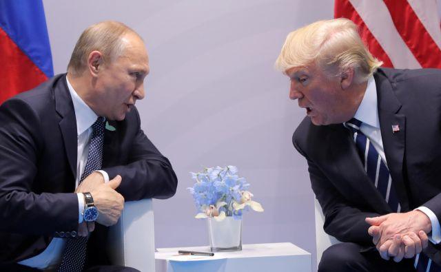 Vladimir Putin in Donald Trump sta se lani sestala v Hamburgu, napovedano srečanje v Argentini ostaja negotovo. FOTO: Reuters