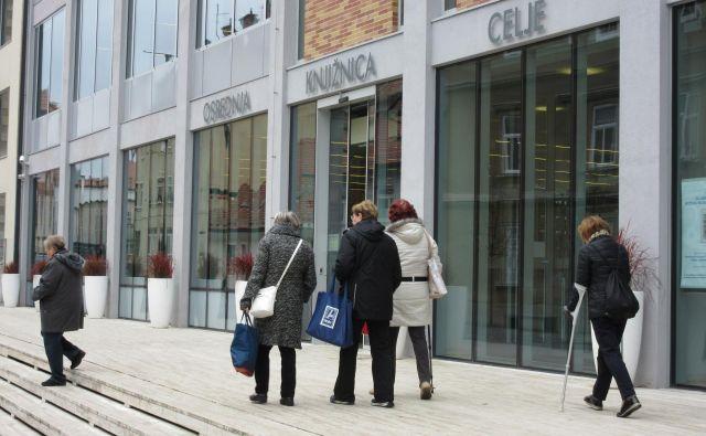 Dostop do knjižnice je za starejše lahko velik izziv, saj je do prvega parkirišča kar nekaj hoje. FOTO: Špela Kuralt/Delo