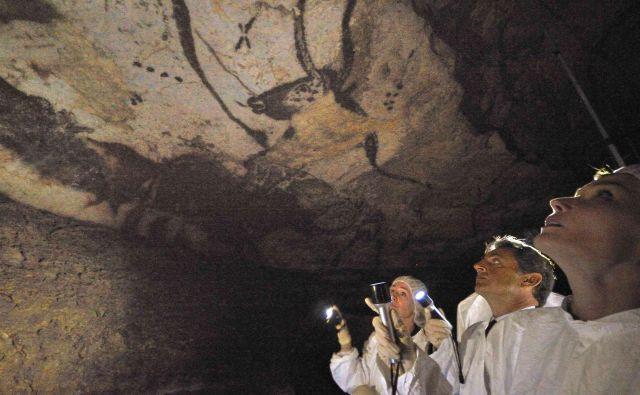 Raziskovalci so analizirali paleolitske in neolitske živalske podobe v Franciji (na fotografiji Lascaux), Španiji, Nemčiji in Turčiji ter ugotovili, da kažejo enako metodo beleženja časa, pa čeprav nastanek teh poslikav ločujejo tisočletja. FOTO: Philippe Wojazer/Reuters