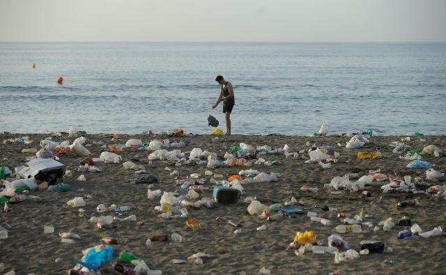 Pri Collinsu so za izraz, ki je zaznamoval leto 2018, izbrali single-use. Zavržena plastika za enkratno uporabo lahko pristane daleč od mesta zaužitja hrane ali pijače, v najbolj oddaljenih oceanih. FOTO: Reuters