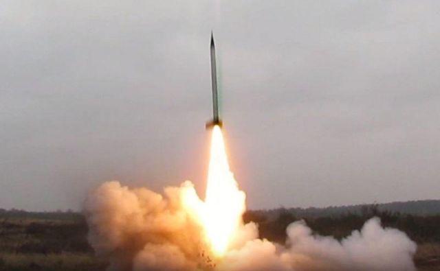 Amaterska eksperimentalna raketa z amonijevim perkloratnim raketnim pogonom je poletela 11 kilometrov visoko. FOTO: Andrej Vrbec