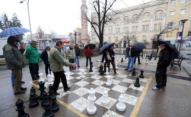 Upokojenec Milutin iz Banjaluke je eden od asov uličnega šaha za marko (pol evra). Pri pokojnini pod 200 evrov je to edina zabava, ki si jo lahko privošči. Foto Tomi Lombar