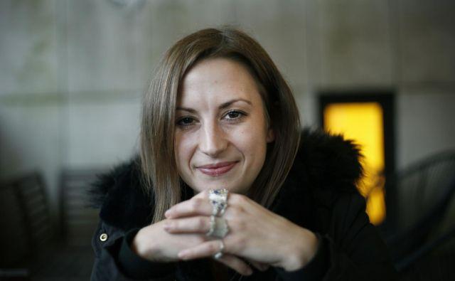 """Mlada podjetnica Alja Kump v konkurenci ne vidi ovire: """"Pomembno je, kako izstopiš s svojo zgodbo in kdo stoji za izdelkom."""" FOTO: Blaž Samec/Delo"""