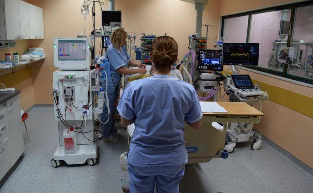 Na oddelku za intenzivno interno medicino celjske bolnišnice je ekipa, ki deluje kot eno. Sestre držijo tri vogale. FOTO: arhiv SBC