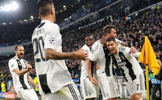 Cristiano Ronaldo in Mario Mandžukić (v objemu) delujeta uigrano, kot bi igrala skupaj najmanj 10 let, ne pa šele nekaj mesecev. FOTO: Reuters