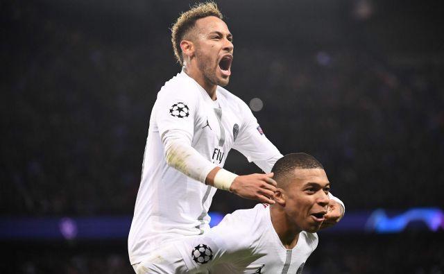 Izjemni dvojec PSG Neymar in Kylian Mbappe se je takole veselil drugega zadetka. FOTO: AFP