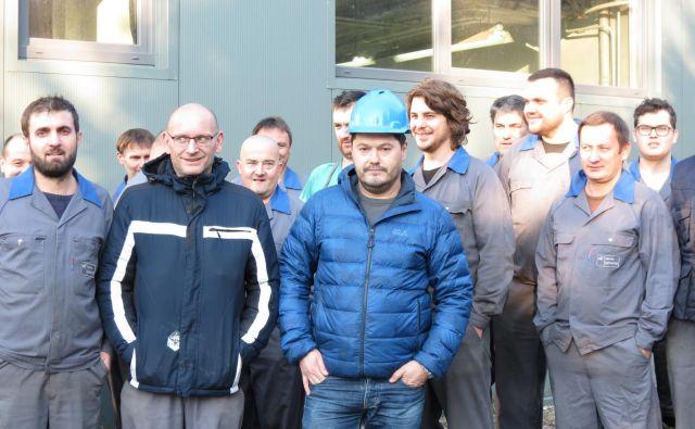 Sindikalist Boris Štriker s stavkajočimi iz družbe Ravne Systems. FOTO: Mateja Kotnik