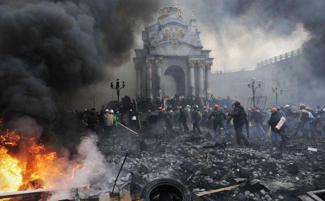 Prizori iz Kijeva v zimi 2013/2014 so bolj kot na proteste spominjali na vojno. FOTO: AFP