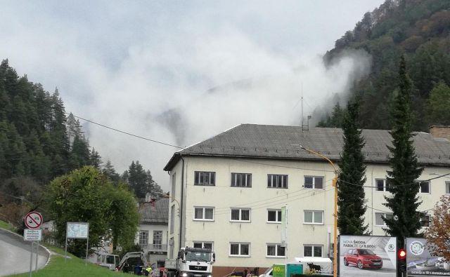 Ko v kamnolomu minirajo, je videti oblake prahu. Foto Miha Ustar
