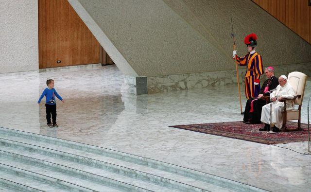 Šestletni argentinski fantič je pristopil k papežu Frančišku. FOTO: Reuters