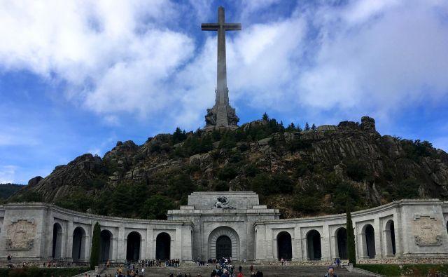 Z megalomanskim mavzolejem, nad katerim se bohoti 150 metrov visok križ, je Franco želel postati nesmrten in izzvati čas. V Dolini padlih ne manjka obiskovalcev s frankističnimi simboli. Foto: Gašper Završnik