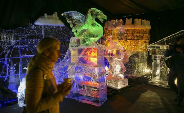 Na Kongresnem trgu drsališča letos ne bo, za javnost pa jutri tam odpira svoja vrata Ledena dežela.Osrednja zgodba letošnje razstave ledenih skulptur so zmaji, po knjižni predlogi zamejskega avtorja Nika Kupperja - Zmaji na poti. FOTO Jože Suhadolnik/Delo