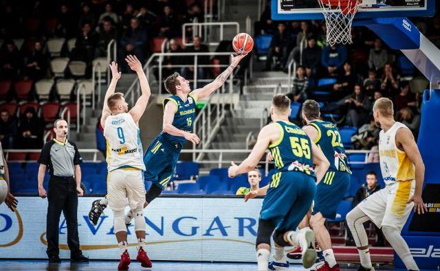 Gregor Hrovat (z žogo) je bil najučinkovitejši Slovenec v Zaporožju. FOTO: FIBA