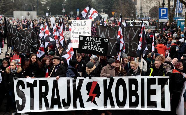 Protest koalicije za pravice žensk proti nameram poljskih oblasti in katoliške cerkve, da prepove splav. FOTO: Reuters