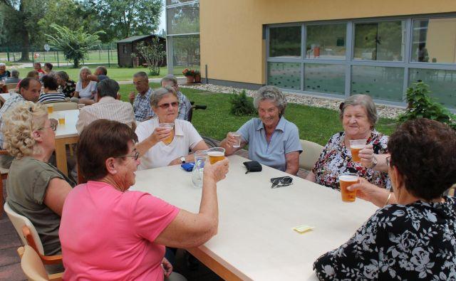 Sindikat upokojencev Slovenije podpira ustreznejše plačezaposlenih v zdravstveni in socialni dejavnosti, nasprotuje pa prevalitvi teh stroškov na hrbte stanovalcev domov za starejše in plačnikov pomoči na domu. Foto Bakal Oste