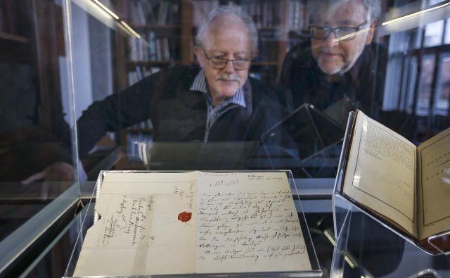 Matematik Tomaž Pisanski in Marijan Rupert iz Nuka s pismom slovenskega matematika Jurija Vege. Foto Jože Suhadolnik