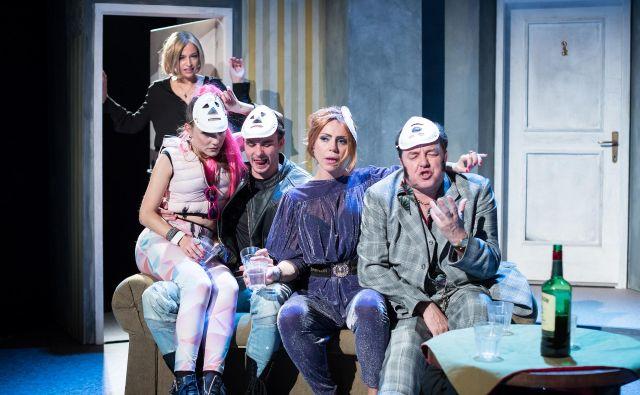 <em>Profesionalci espe</em> je črna komedija o družini poklicnih kriminalcev. FOTO: Jaka Babnik