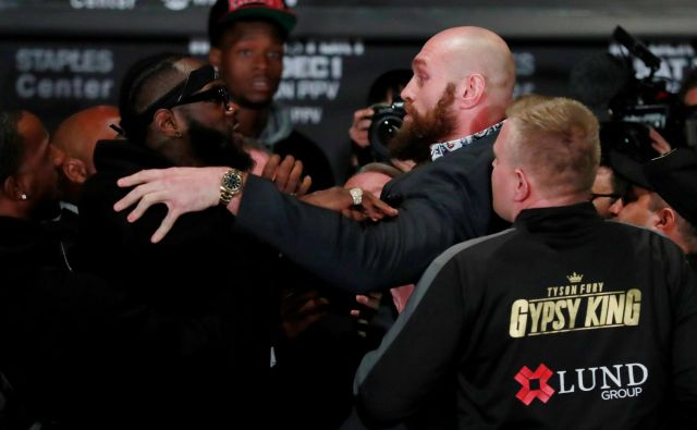 Boksarja Deontay Wilder (levo) in Tyson Fury sta hotela med seboj obračunati že na novinarski konferenci. FOTO: Reuters