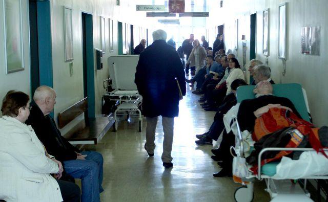 Večurno čakanje izčrpava bolnike. Foto: Roman Šipić/DELO