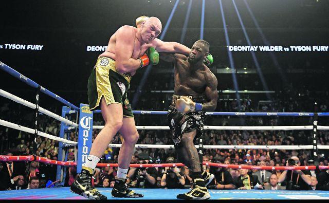 Ameriški boksarski šampion Deontay Wilder (desno) je s silovitimi udarci dvakrat spravil na tla svojega britanskega izzivalca Tysona Furyja. FOTO: AP