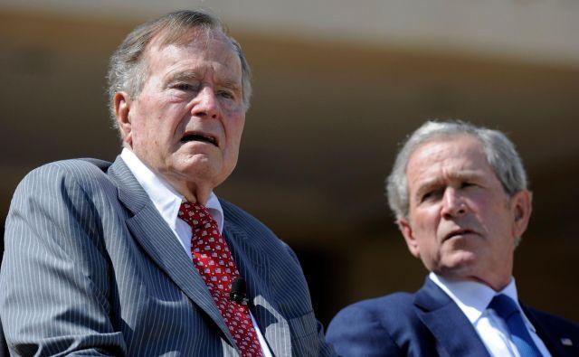 George Bush st. ob sinu Georgu Bushu ml. Bil je drugi predsednik v zgodovini ZDA, katerega sin je prav tako postal predsednik. FOTO: AFP<br />