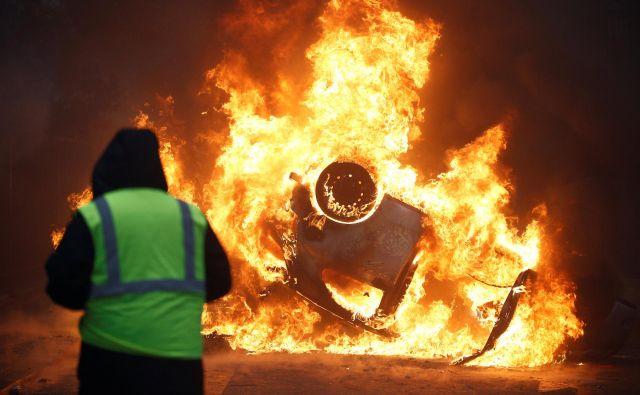 Francija mora storiti več v boju proti podnebnim spremembam, zato je zvišanje davščin na bencin in dizel nujno, pravi Macron. FOTO: Stephane Mahe/Reuters