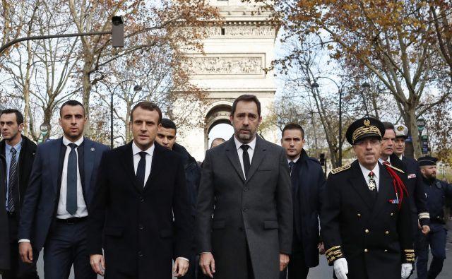 Francoski predsednik Emmanuel Macron si je danes ogledal oskrunjen Slavolok zmage FOTO: AP