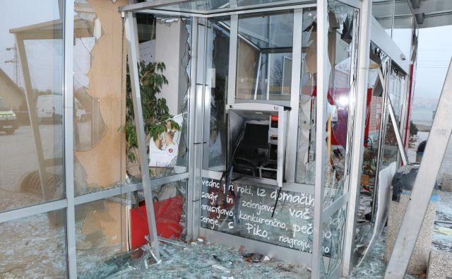 Poleg, da so ukradli kaseto z denarjem, so storilci povzročili tudi veliko materialno škodo FOTO: PU Maribor