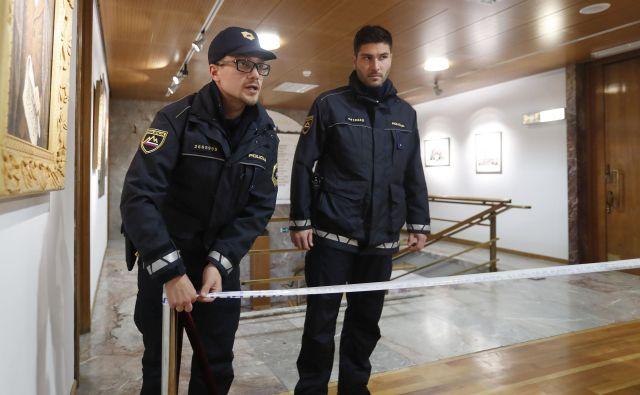 Policija je zapečatila prostor zaradi suma nepobleščenega vstopa v sobo, kjer so bile glasovnice predčasnih volitev v Kranju. FOTO: Leon Vidic/Delo
