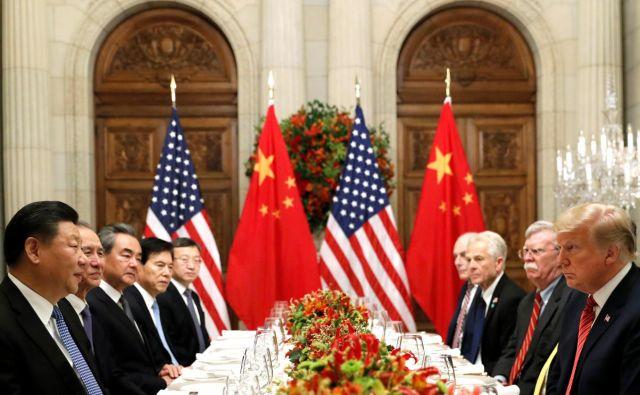 Kitajsko-ameriška večerja v Buenos Airesu je prinesla trgovinsko premirje in hkrati dvom o nekdanji odločnosti predsednika ZDA. FOTO: Reuters