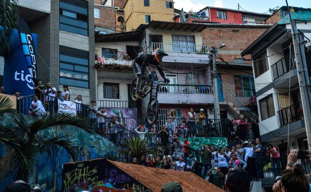 Mehiški ekstremni gorski kolesar Nicolas Cantu v akciji na urbanem downhill Challengu v Medellinu.Tekmovanje v Medellinu je postavilo nov Guinnessov svetovni rekord z najdaljšo progo v urbanem okolju.Foto Camilo Gil Afp