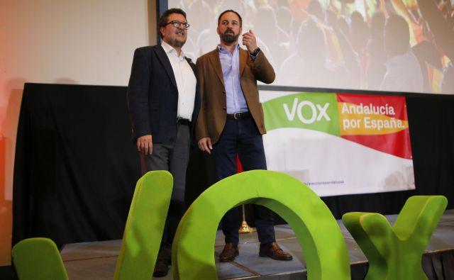 Regionalni kandidat španske skrajno desne stranke VoxFrancisco Serrano (levo) in njen predsednikSantiago Abascal.Foto: Jon Nazca/Reuters