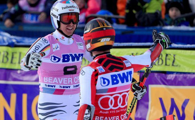 Marcel Hirscher (desno) je iskreno čestital Stefanu Luitzu, ki je ustavil njegov niz veleslalomskih zmag. FOTO: AFP