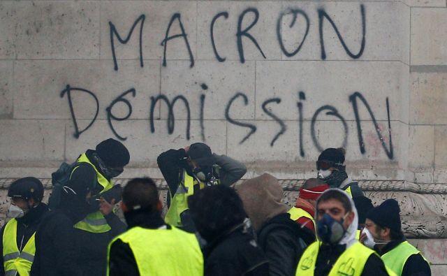 Pozivi predsedniku Emmanuelu Macronu, naj odstopi. Foto Reuters