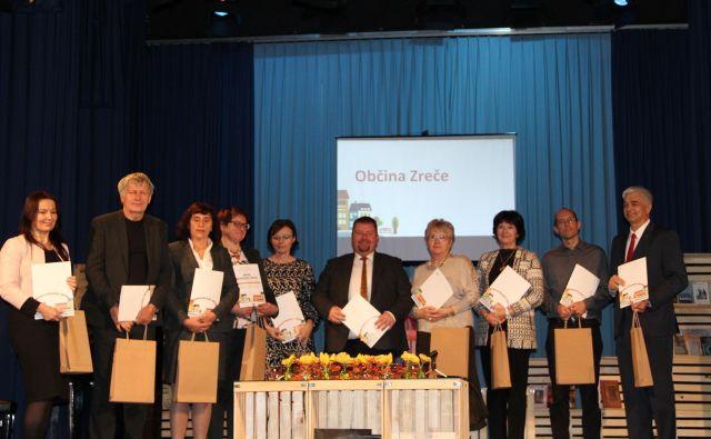 Predstavniki desetih občin, ki so letos prejele naziv branju prijazna občina. Foto Simona Fajfar