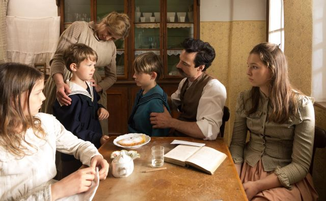 Cankar z družino Löffler Foto Arhiv Televizije Slovenija