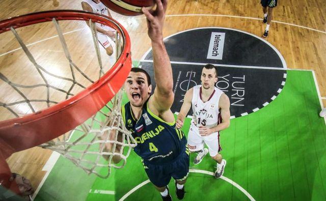Heliosov krilni center Urban Durnik je z drugimi mladci priskočil na pomoč. FOTO: FIBA