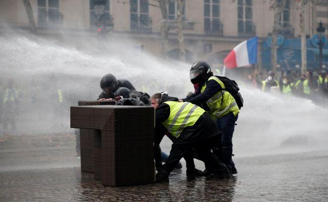 Protestniki v Parizu. FOTO: Reuters