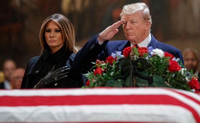 Ameriški predsednik Donald Trump in prva dama Melania sta prispela v kongresno palačo, da počastita spomin na Georgea H. W. Busha. FOTO: AFP