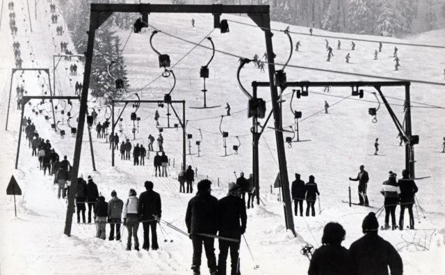 Kadar je sneg bil, so se čez sredino pobočja vile dolge in zavite vrste. Foto Marjan Zaplatil