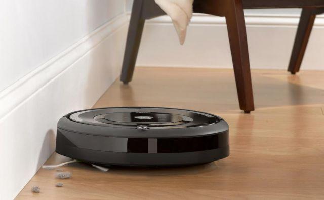 Robotski sesalnik je samohodna sesalna naprava, ki posesa določeno površino in se po opravljenem delu vrne v bazno postajo, kjer si napolni baterijo. Foto: arhiv podjetja