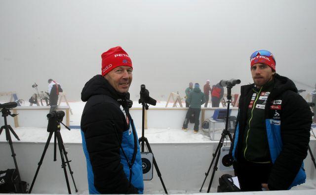 Trenerja slovenske reprezentance Uroš Velepec (levo) in Lenart Oblak na meglenem strelišču nista več videla tarč. FOTO: Matej Družnik/Delo