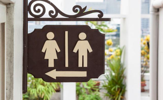 Smer toaletnih prostorov. Foto Denboma Getty Images/istockphoto