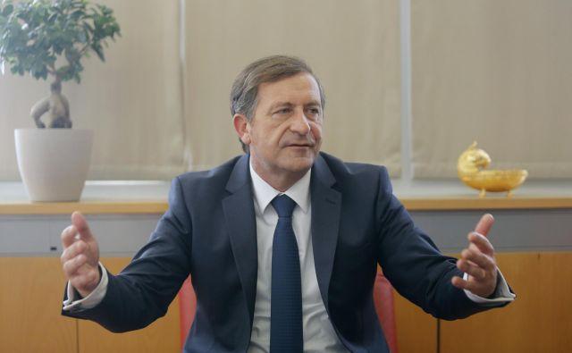 Minister Erjavec poudarja, da je za zneski, o katerih je govoril v petek, ministrstvo za obrambo.FOTO: Blaž Samec/Delo